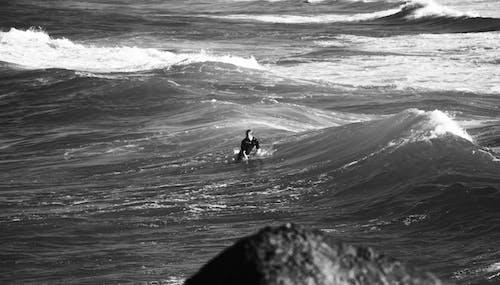 Základová fotografie zdarma na téma černobílá, chlapec, muži, oceán