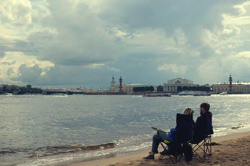 Безкоштовне стокове фото на тему «берег ріки, любов, люди, погода»