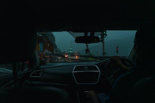 Kostenloses Stock Foto zu auto, berge, fahrt, regen