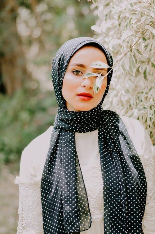 Foto d'estoc gratuïta de a l'aire lliure, bellesa, bonic, bufanda