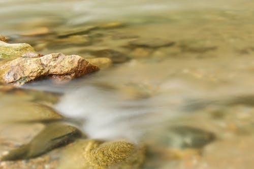 Foto d'estoc gratuïta de corrent d'aigua, pedres, riu