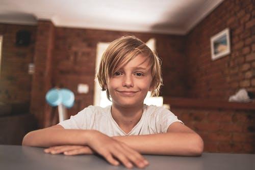Foto profissional grátis de bonitinho, cabelo, criança, garoto