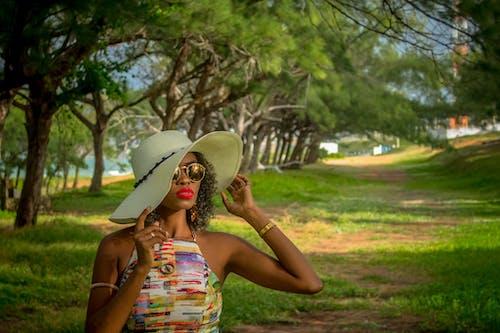 Gratis arkivbilde med afrikansk jente, brasiliansk kvinne, briller, farger