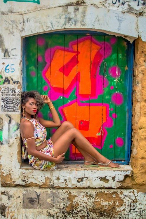 Gratis arkivbilde med brasiliansk kvinne, farger, fargerik, fargerik bakgrunn
