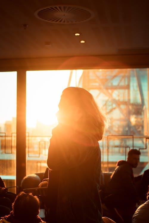 Foto stok gratis bayangan hitam, kaum wanita, kota, matahari terbenam