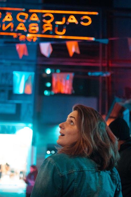 Darmowe zdjęcie z galerii z kobieta, neon, noc, światła