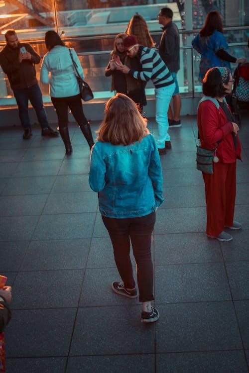 Foto stok gratis berjalan, kaum wanita, matahari terbenam