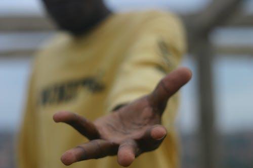 Δωρεάν στοκ φωτογραφιών με αφροαμερικανός άντρας, γλυκούλι, θολό παρασκήνιο, κίτρινο φόντο