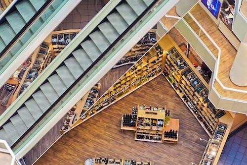 ahşap döşeme, alışveriş Merkezi, alışveriş yapmak, bardak içeren Ücretsiz stok fotoğraf