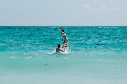 Foto d'estoc gratuïta de crianza, irmãos, pulo, vista do mar