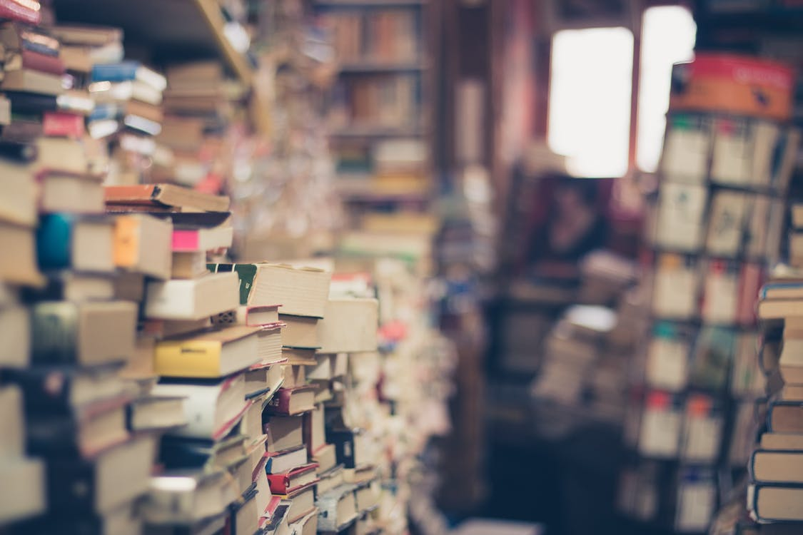 كومة من الكتب في التركيز الضحلة التصوير الفوتوغرافي