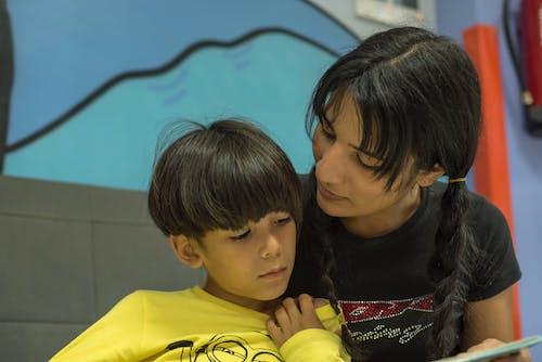 Безкоштовне стокове фото на тему «єднання, мати і дитина, мати і син, навчання»
