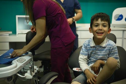 Бесплатное стоковое фото с дантист, мальчик, стоматолог, улыбаться