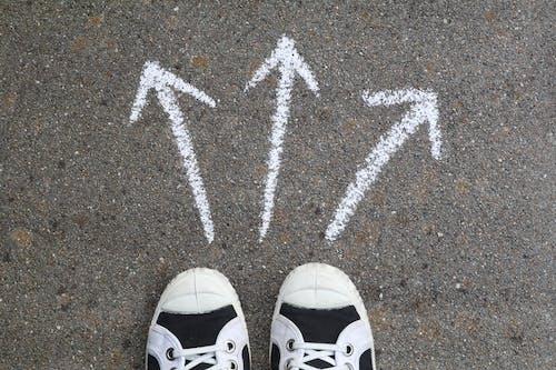 Бесплатное стоковое фото с 3, 3 белые стрелки, выбор, парусиновые туфли
