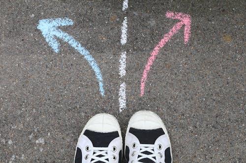 Бесплатное стоковое фото с выбор, парусиновые туфли, противоположности