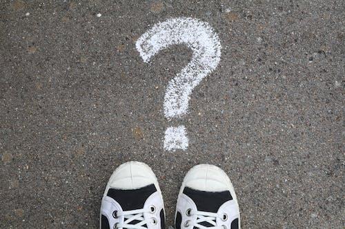 Бесплатное стоковое фото с вопросительный знак, парусиновые туфли
