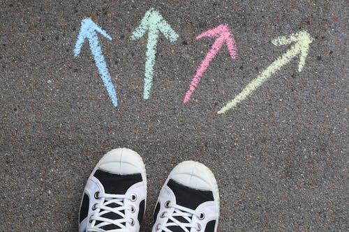 Бесплатное стоковое фото с 4, выбор, парусиновые туфли, стрелы