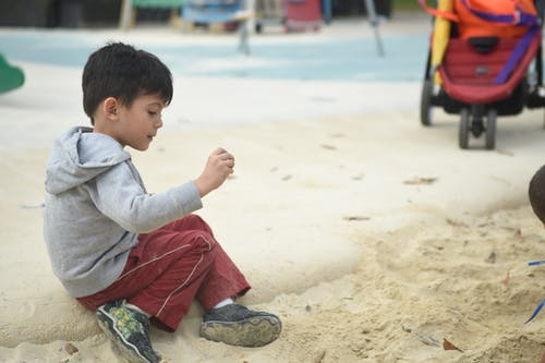 Kostenloses Stock Foto zu junge, kind, sand, spielen