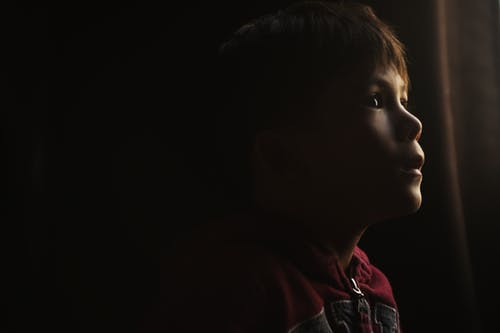 Kostenloses Stock Foto zu dunkel, junge, kind, schatten