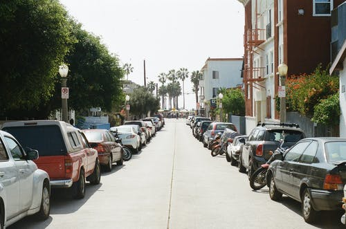 Základová fotografie zdarma na téma auta, parkování, ulice, vozidla