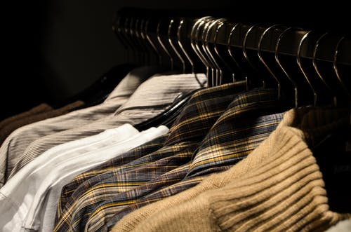 Photos gratuites de à l'intérieur, acheter, brouiller, chemise à carreaux