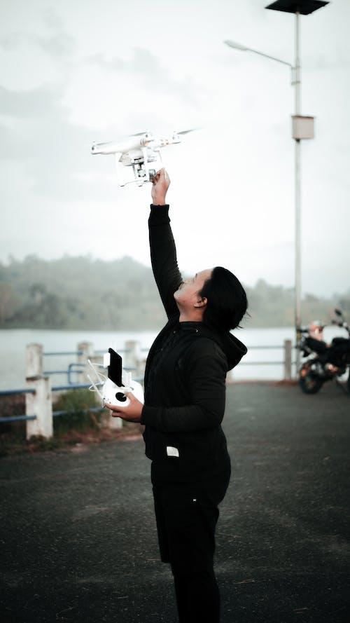 Základová fotografie zdarma na téma drone pilot, drone řadič, muž