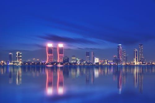 binalar, büyük şehir, çok katlı binalar, deniz içeren Ücretsiz stok fotoğraf