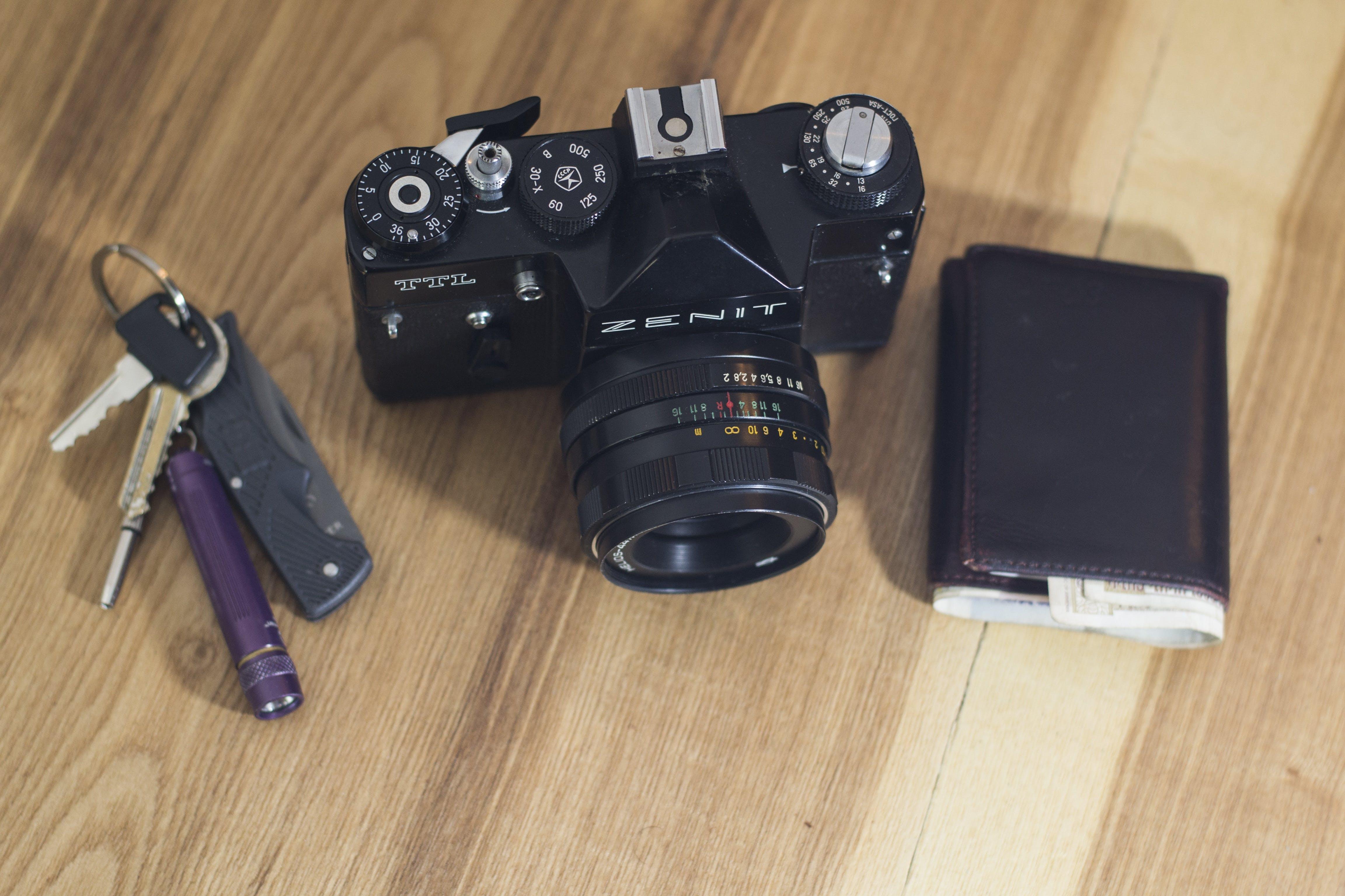 Kostenloses Stock Foto zu arbeitsplatz, ausrüstung, brieftasche, büro