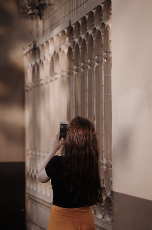 Základová fotografie zdarma na téma brunetka, chytrý telefon, dveře, na výšku