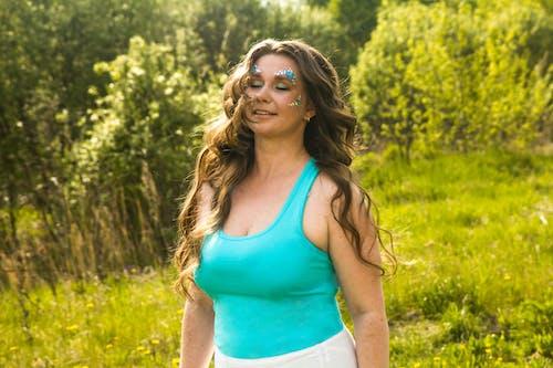 Gratis lagerfoto af 20-25 år gammel kvinde, ædelsten, blå, frisure