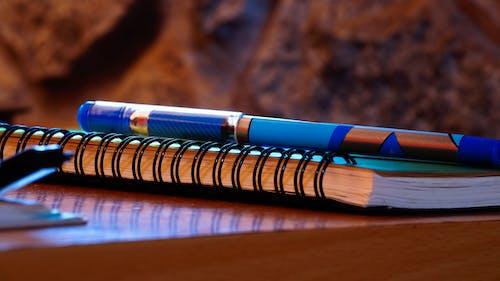 Kostnadsfri bild av anteckningsbok, närbild, penna, skrivbord