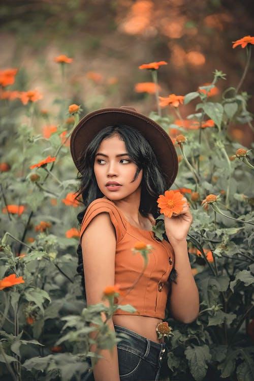 Darmowe zdjęcie z galerii z ciemne włosy, delikatny, dziewczyna, flora