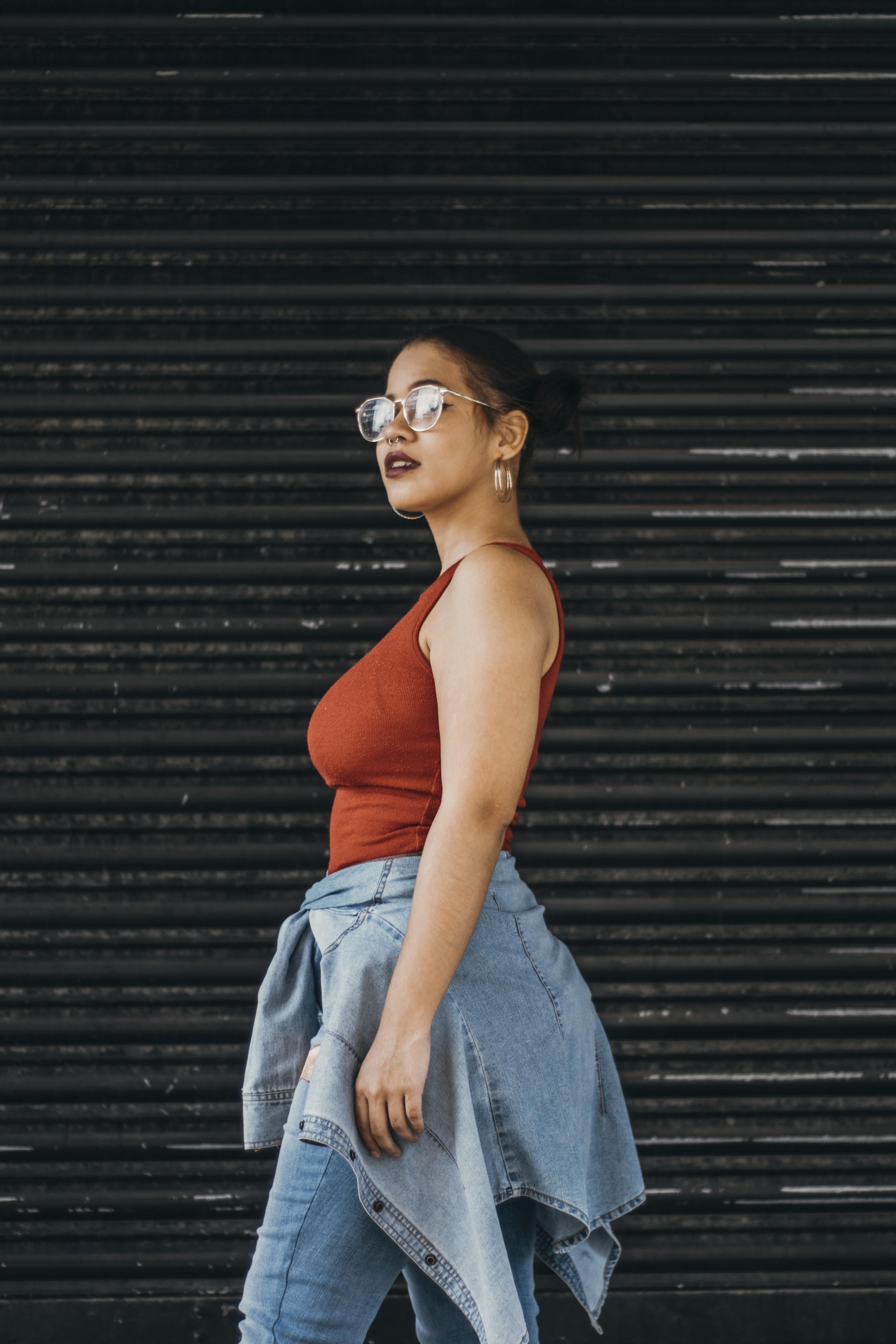 Foto De Mujer Vistiendo Camiseta Sin Mangas · Fotos de stock gratuitas