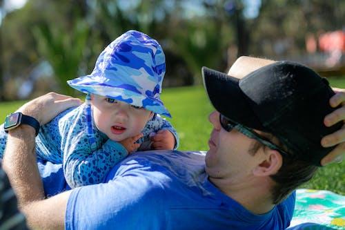 Kostnadsfri bild av avkopplande, blå förgrunden, bokeh, far och son