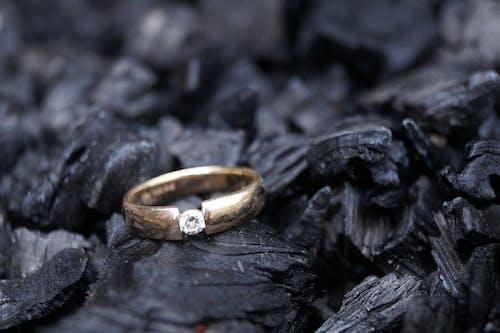 Foto profissional grátis de anel de diamante, carvão