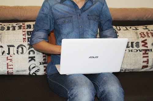 Бесплатное стоковое фото с Взрослый, джинсовая рубашка, джинсы, женщина