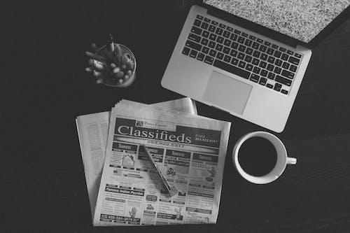 咖啡, 報紙, 持械搶劫, 杯子 的 免费素材照片