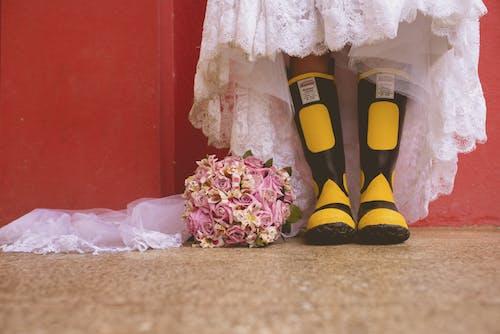 Безкоштовне стокове фото на тему «біла сукня, весілля, весільний букет, жінка»