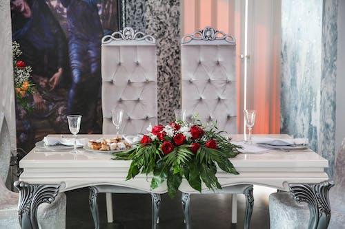 Foto d'estoc gratuïta de arranjament floral, cadires, flors, seient