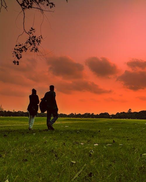 Fotobanka sbezplatnými fotkami na tému dvojica, dvojica na prechádzke, láska, mrak