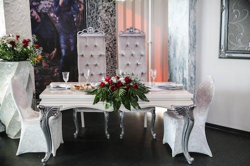 Çiçek aranjmanı, Çiçekler, iskemleler, masa düzeni içeren Ücretsiz stok fotoğraf