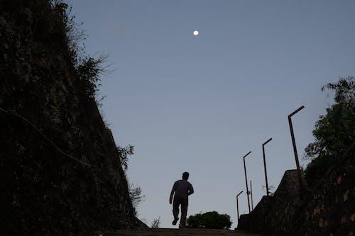 Foto d'estoc gratuïta de caminant, carrer buit, gent caminant, lluna