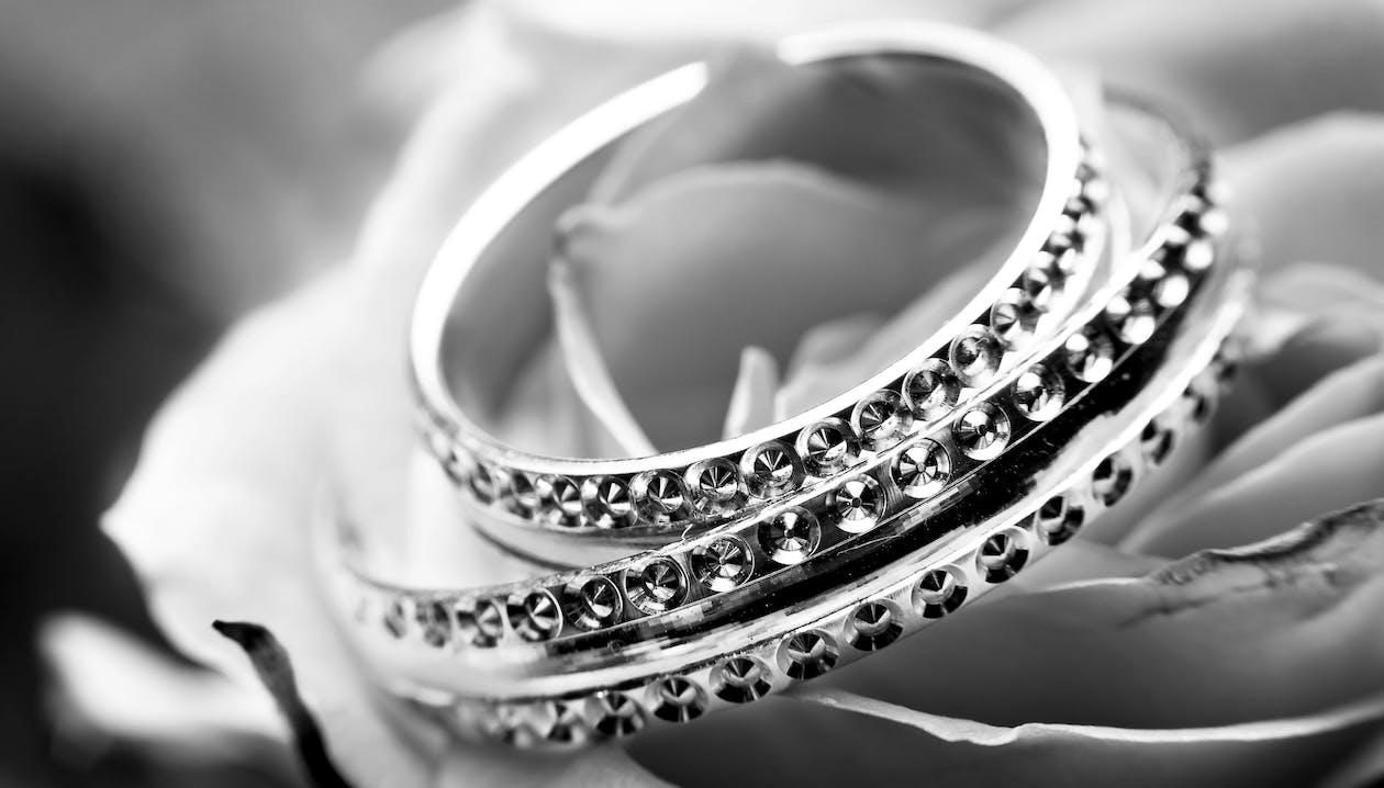 Foto d'estoc gratuïta de amor, blanc i negre, braçalets