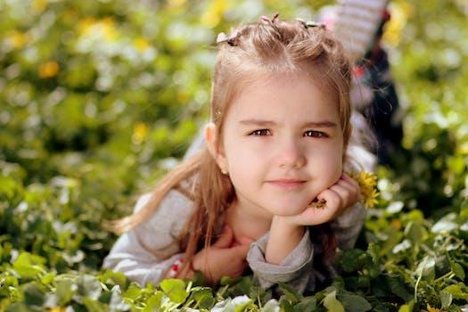 Kostenloses Stock Foto zu person, feld, mädchen, niedlich