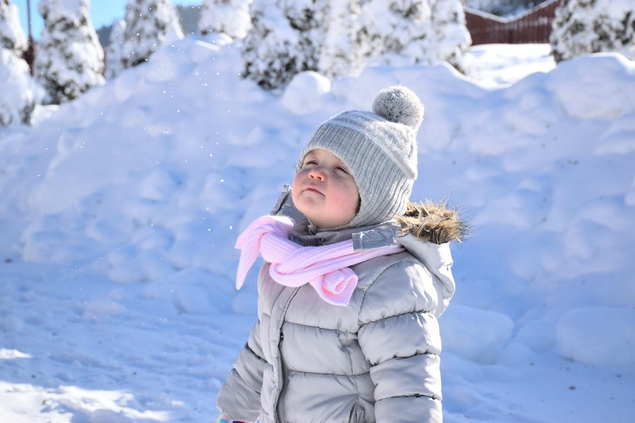 Kind met sneeuw