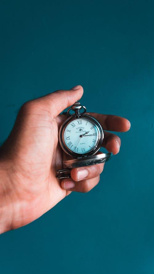 Бесплатное стоковое фото с в помещении, время, голубой, держать