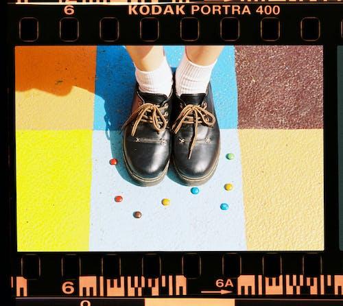 anlık film, ayakkabı, ayakta, Beyaz çoraplar içeren Ücretsiz stok fotoğraf
