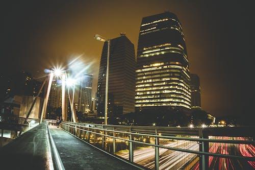 Foto profissional grátis de arquitetura, arranha-céu, borrão, cair da noite