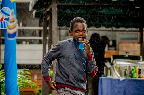 Gratis stockfoto met 5-10 jaar oude jongen, fotografie met natuurlijk licht, grijze capuchon met paarse stroken, grijze kap