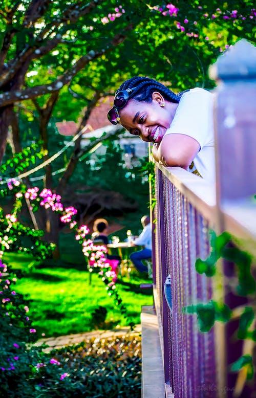Gratis stockfoto met afro-amerikaanse dame, blij gevoel, carol mungai, flowwr-tuin